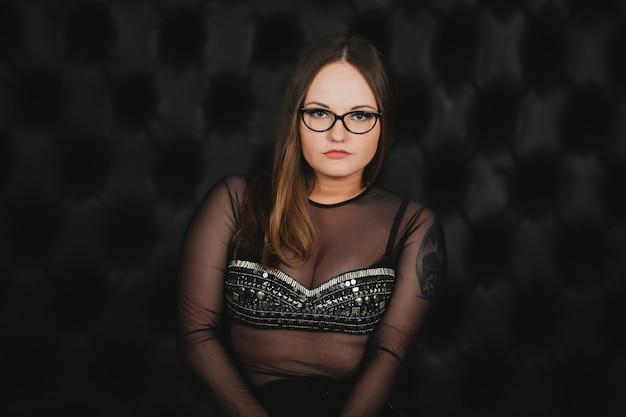 Schoonheid sexy meisje met een bril geïsoleerd op zwart