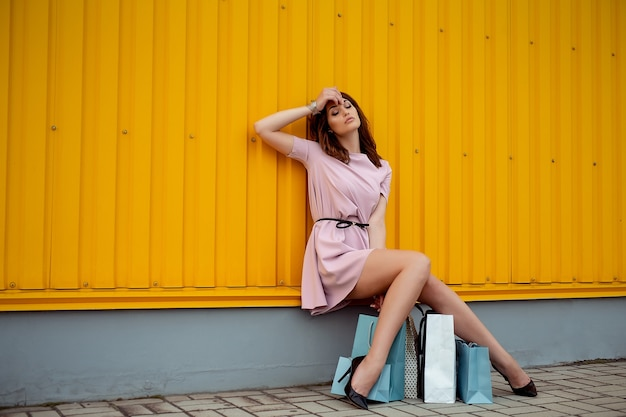 Schoonheid shoping vrouw met papieren zakken buiten