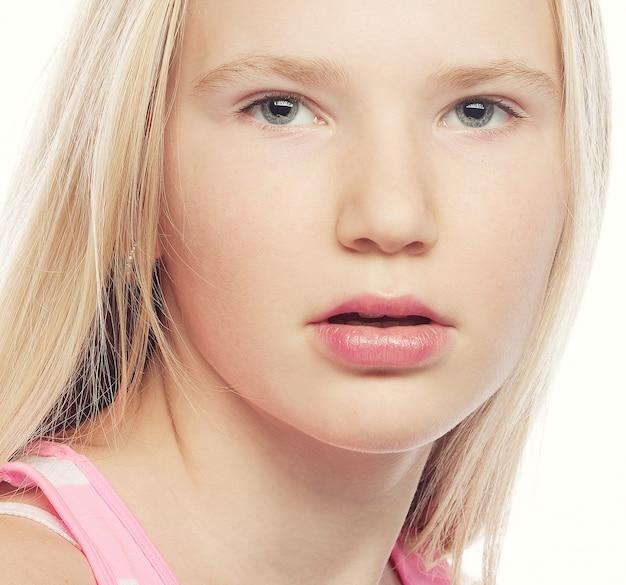 Schoonheid tienermeisje. mooi model gezicht.