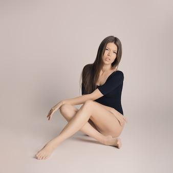 Schoonheid van het vrouwenlichaam, meisje in katoenen ondergoed, jong slank model