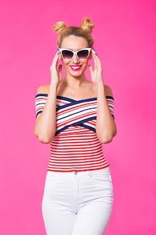 Schoonheid verrast mode grappig model meisje draagt ?? een zonnebril. positieve emoties uiten, glimlach