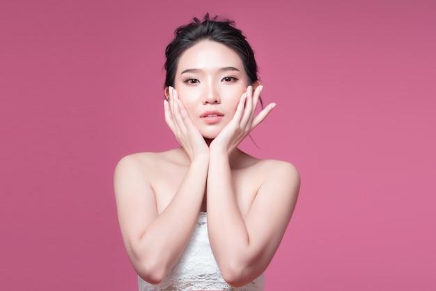 Schoonheid vrouw azië schoonheid en gebruinde huid uv azië voor achtergrond roze