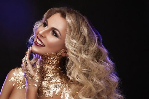 Schoonheid vrouw, blond haar, professionele make-up, gouden kleur.