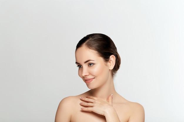Schoonheid vrouw cosmetica. portret van vrouwelijke perfect schone huid cosmetologie, schoonheid en spa