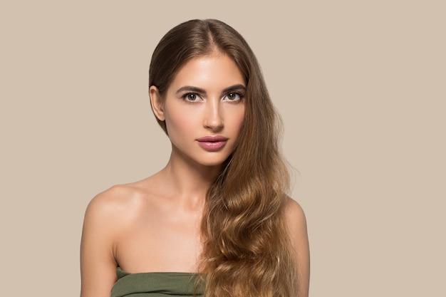 Schoonheid vrouw gezicht gezonde mooie huid close-up vrouwelijke portret op kleur achtergrond. bruin