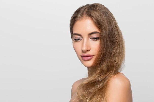 Schoonheid vrouw gezicht gezonde mooie huid close-up vrouwelijke portret op kleur achtergrond. grijs