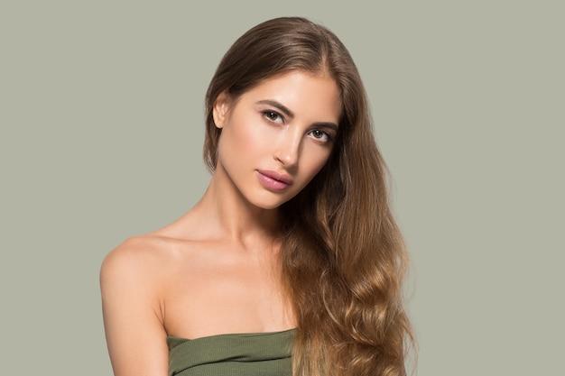 Schoonheid vrouw gezicht gezonde mooie huid close-up vrouwelijke portret op kleur achtergrond. groente