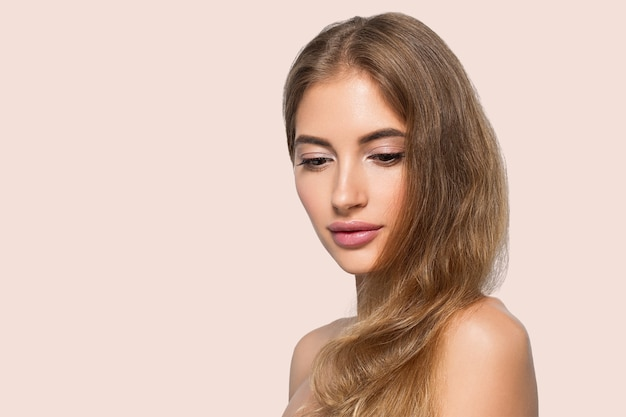 Schoonheid vrouw gezicht gezonde mooie huid close-up vrouwelijke portret op kleur achtergrond. roze