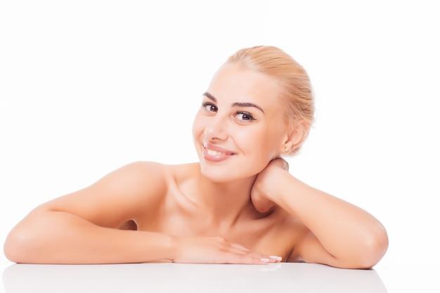 Schoonheid vrouw gezicht portret. mooi model meisje met perfecte frisse schone huidskleur lippen paars rood. blond donkerbruin kort haar jeugd- en huidverzorgingsconcept.