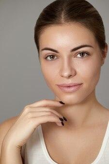 Schoonheid vrouw gezonde huid natuurlijke make-up. jong mooi model cosmetisch concept.