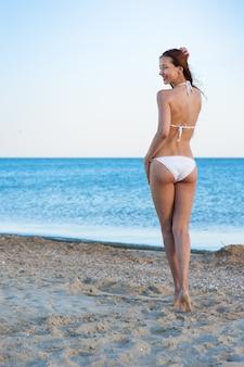 Schoonheid vrouw in de zee strand