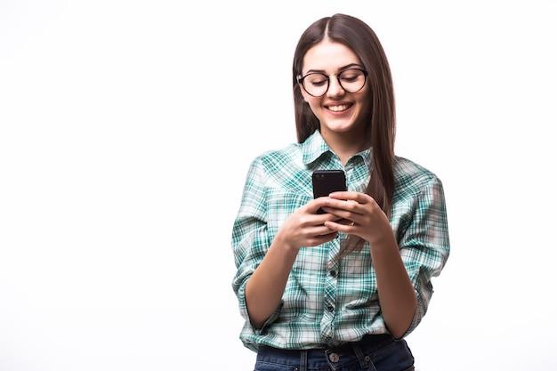 Schoonheid vrouw met behulp van en lezen van een slimme telefoon op een wit