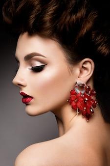 Schoonheid vrouw met blauwe ogen en rode lippen.