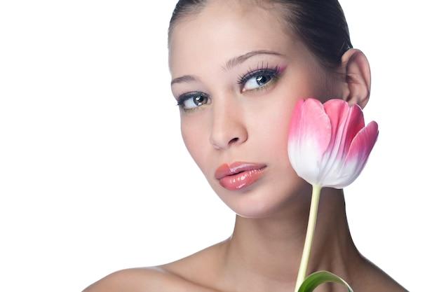 Schoonheid vrouw met bloem op wit