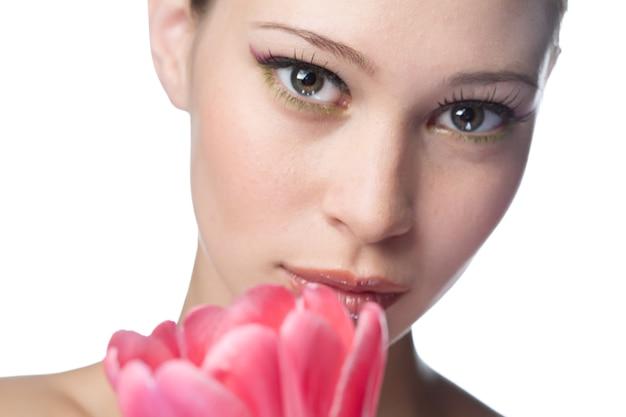 Schoonheid vrouw met bloem op witte achtergrond