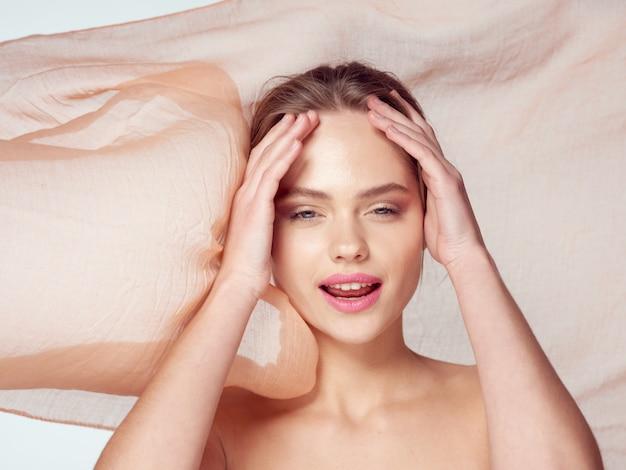 Schoonheid vrouw portret met mooi gezicht, scheur, close-up