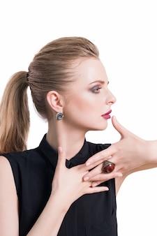Schoonheid vrouw portret. mooi model meisje met perfecte frisse schone huid en donkere professionele avond make-up dragen mode-sieraden. blondevrouw die ideale manicure tonen