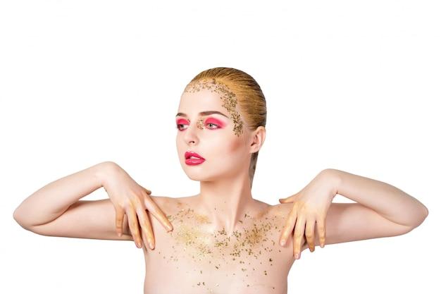 Schoonheid vrouw portret. mooi model meisje met perfecte frisse schone huid en heldere gouden professionele make-up. blondevrouw op witte muur met avond roze en gouden samenstelling