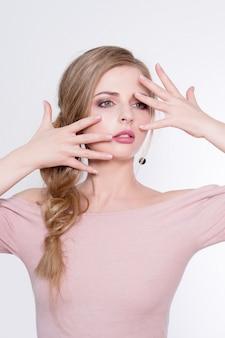 Schoonheid vrouw portret. mooi model meisje met perfecte frisse schone huid en professionele make-up. blondevrouw die ideale manicure tonen