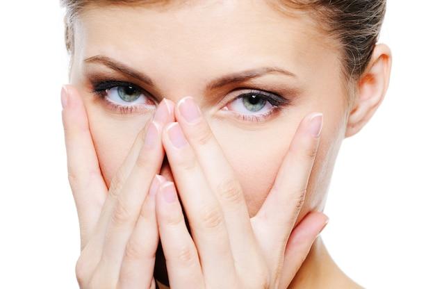 Schoonheid vrouwelijke dekking door handen haar schoon gezicht