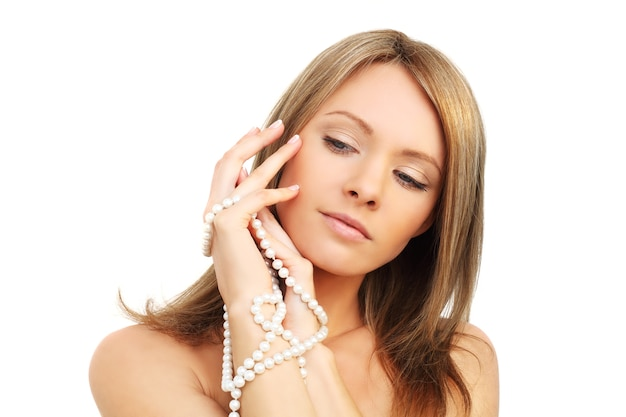 Schoonheid - vrouwengezicht op wit wordt geïsoleerd dat