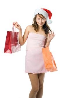 Schoonheid winkelen kerst meisje in kerstmuts met cadeau op witte achtergrond