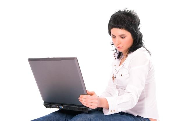 Schoonheid zakelijke brunette meisje met laptop op witte achtergrond
