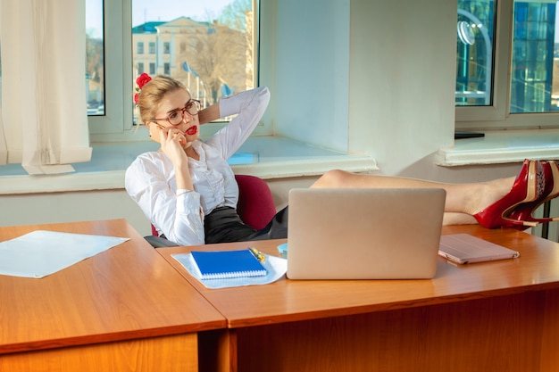 Schoonheid zakenvrouw praten op mobiele telefoon. busniess concept