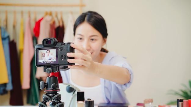 Schoonheids blogger huidig schoonheidsschoonheidsmiddelen die vooraan camera voor opnamevideo zitten.