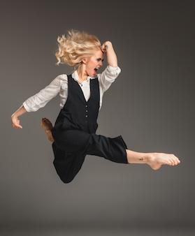 Schoonheids blonde vrouw in balletsprong