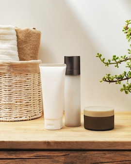 Schoonheids- en huidverzorgingsproducten in een badkamer