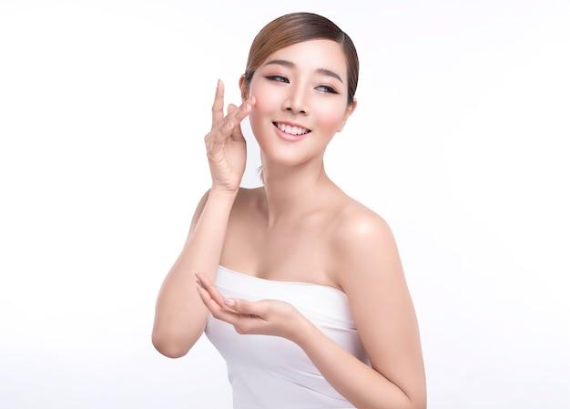 Schoonheids jonge aziatische vrouw die hand voor product tonen