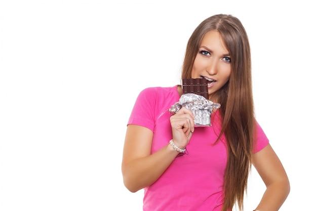Schoonheids modelvrouw die donkere chocolade eten