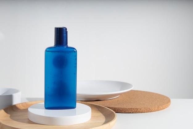 Schoonheidsbehandeling medische huidverzorging cosmetische lotion crème serum mockup fles verpakkingsproduct op witte decor achtergrond, aroma parfum geur
