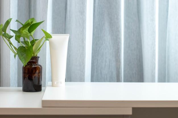 Schoonheidsbehandeling medische huidverzorging cosmetische lotion crème serum mockup fles verpakkingsproduct op witte decor achtergrond in farmaceutische geneeskunde voor de gezondheidszorg