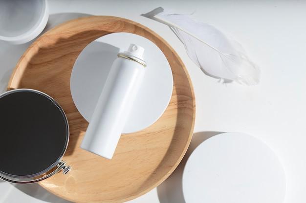 Schoonheidsbehandeling medische huidverzorging cosmetische lotion spray mockup fles verpakkingsproduct op witte decor achtergrond in farmaceutische geneeskunde voor de gezondheidszorg