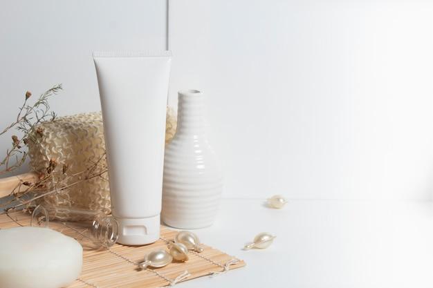 Schoonheidsbehandeling medische huidverzorging en cosmetische lotion crème serum olie fles verpakking product op wit