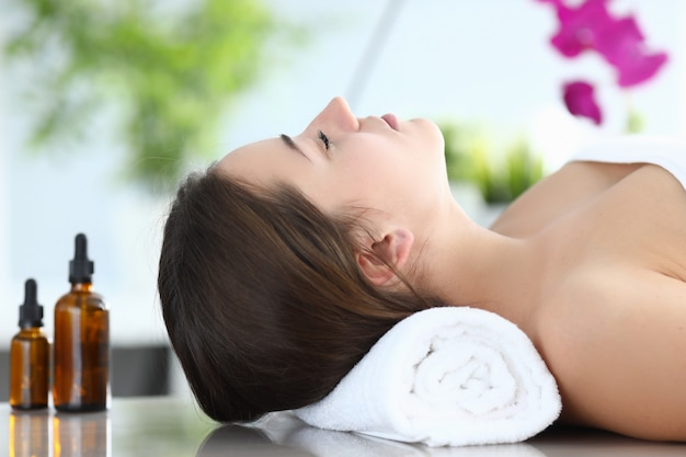 Schoonheidsbehandelingen in salon die organische olie gebruiken.