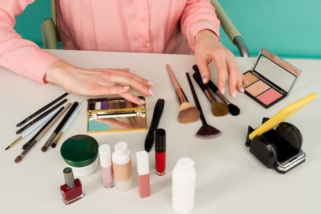 Schoonheidsblogger die make-uptutorial produceert