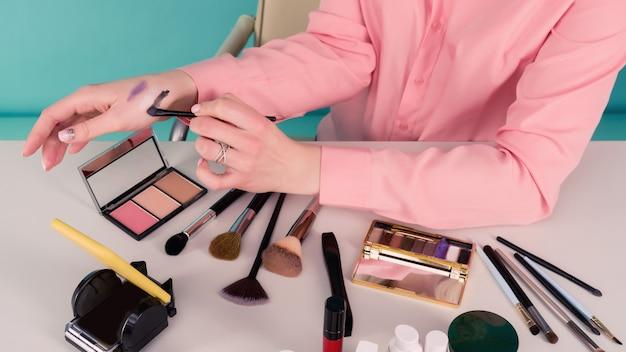 Schoonheidsblogger die online vertaling van make-uptutorial produceert