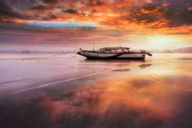 Schoonheidsboot in de ochtend met verbazingwekkende hemelzonsopgang