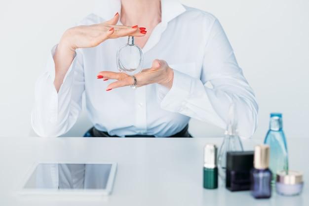 Schoonheidsconsulent. parfum beoordelingen. oude blogger Premium Foto