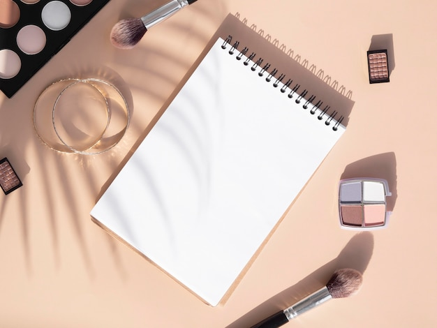 Schoonheidscosmetica pack en notebook