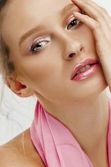 Schoonheidsgezicht van jonge mannequinvrouw met heldere ogen en lippen