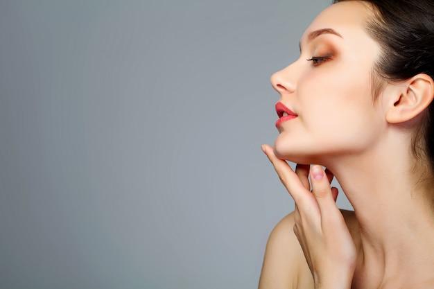 Schoonheidsgezicht van vrouw met kosmetische room op gezicht