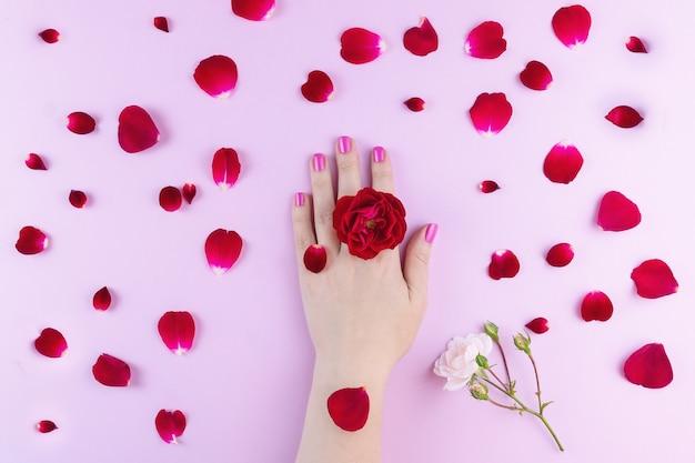 Schoonheidshanden met make-upbloemen