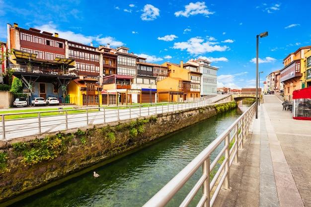 Schoonheidshuizen aan de stadsdijk van llanes, provincie asturië in noord-spanje