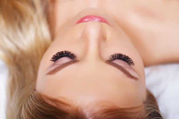 Schoonheidsmake-up voor blauwe ogen. een deel van mooie gezichtsclose-up. perfecte huid, lange wimpers, make-upconcept.