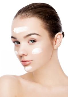 Schoonheidsmeisje met de natuurlijke make-up van de gezichtscrème