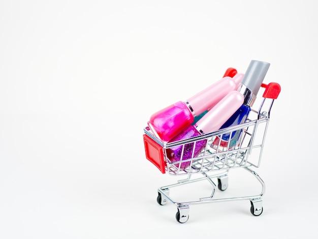 Schoonheidsmiddel die online concept op de witte achtergrond winkelen